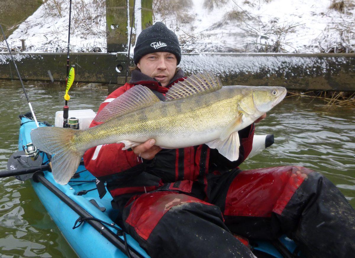 Kajak vissen in de winter.